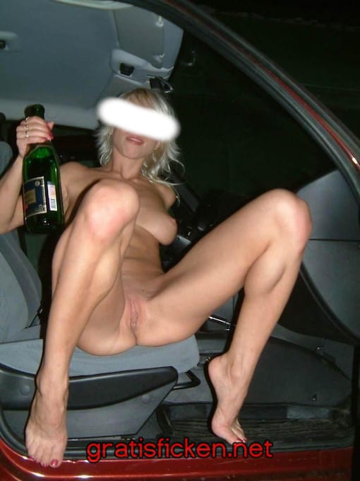 skinny blondine steht uf Parkplatzsex
